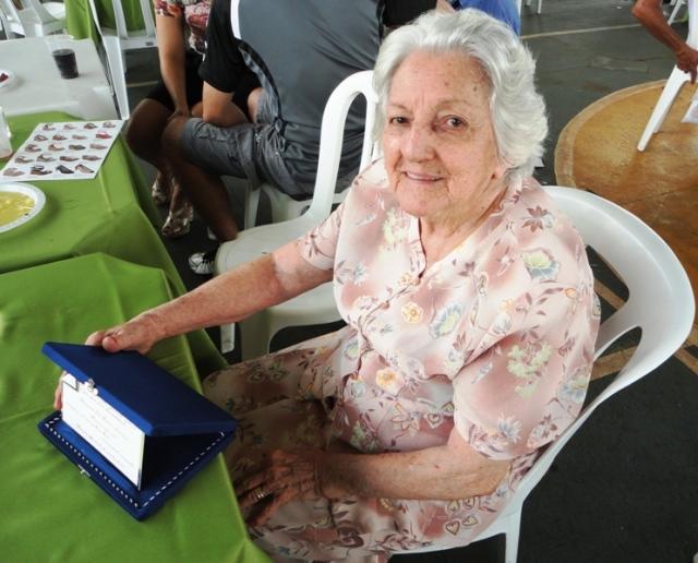 D. Laura, feliz e emocionada, com o cartão de prata em homenagem ao Bino, Felisbino Rodrigues Rezende