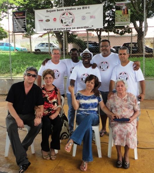 A comissão organizadora do Encontro e a família do homenageado.