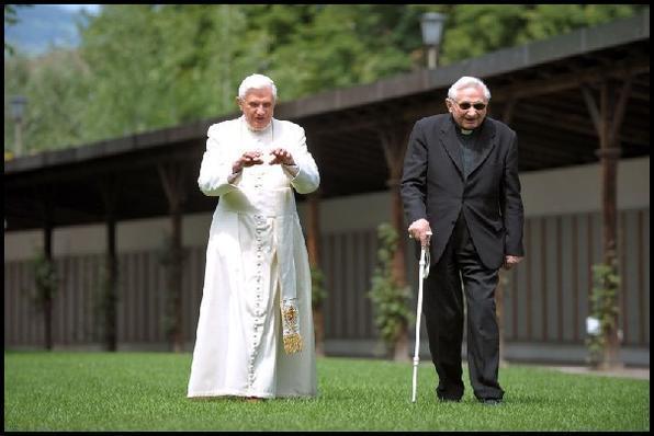 Ao lado do irmão, bispo Georg Ratzinger. Alguém pode privar o Papa de uma velhice tranquila?