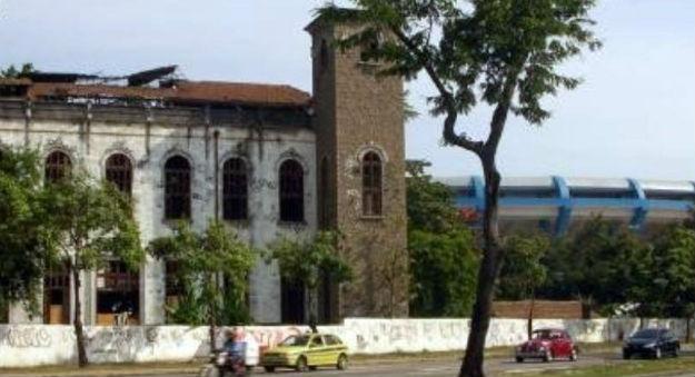 O velho prédio e, ao fundo, parte do Maracanã
