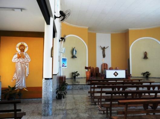 Capela lateral e interior da nossa paróquia.