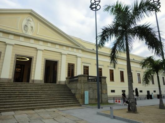 Detalhe da fachada da Casa Daros, com a imagem no frontão, recriada por Vick Muniz