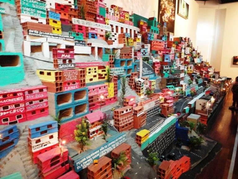 """""""Projeto Morrinho/Imagens da construção do Morrinho e seus participantes"""", obra de 2007."""