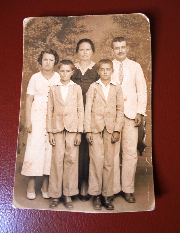 Papai é o garoto ao lado do meu avô.