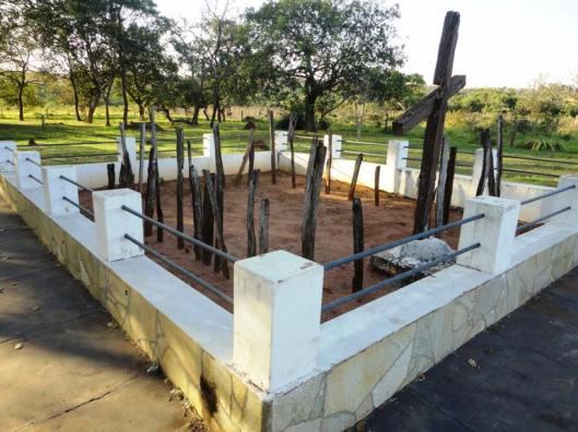 O cemitério onde enterraram soldados vitimados pela varíola. Parte do monumento em memória à Retirada de Laguna. Foto arquivo pessoal.