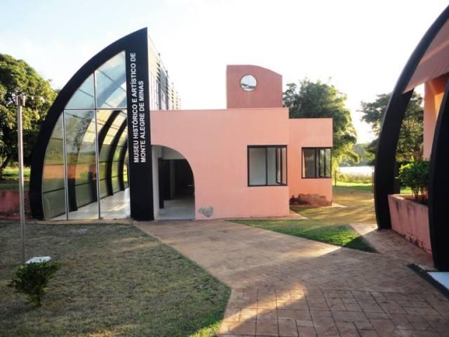 Detalhe do monumento em homenagem aos soldados que lutaram na Guerra do Paraguai. Foto arquivo pessoal.