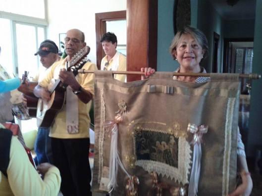 Em Uberaba, Celia Ferreira Peixoto recebe a Bandeira do Divino
