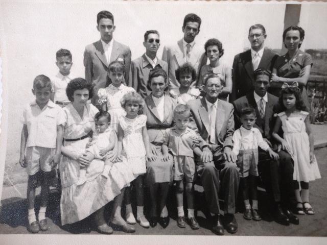 Atrás: (esquerda para direita) Hugo, Albino, José (filho), Felisbino, Laura, Ulisses, Isaura.  Meio: (Esquerda para direita, de pé) Valdonei, Waldênia, Walcenis, Dilma. Sentados: Olinda, Maria, José, Manoel. Os menores: Luiz Roberto (no colo), Walderez, Valdo, José Luiz