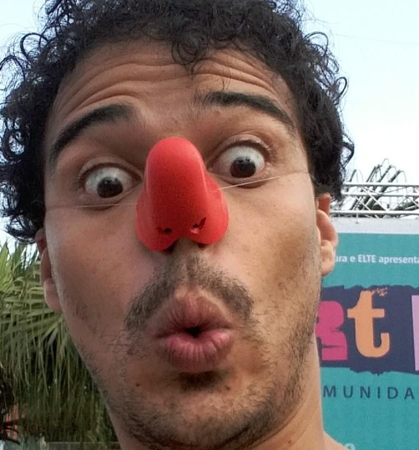 """Rogério Barsan brinca com o nariz que usará em """"Sher Hol Desvenda o Guarujá"""""""
