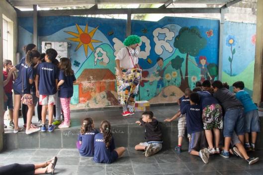 Ernani Sequinel brinca com as crianças de São Vicente. Foto: Bruna Quevedo (Just Design).