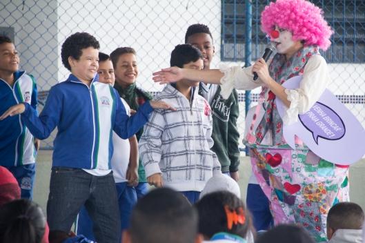 Fabíola Moraes com algumas das crianças de Praia Grande. Foto: Bruna Quevedo (Just Design).
