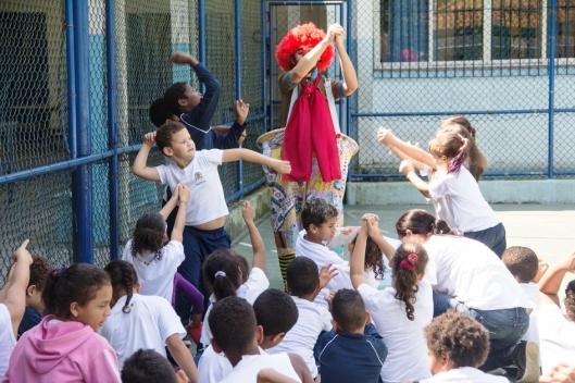 Bruno Fracchia encenando com as crianças de Santos.Foto: Bruna Quevedo (Just Design).